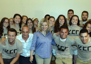Israel's first lady, Sara Netanyahu, with lone soldiers from the Garin Tzabar program. (photo credit:HAIM ZACH/GPO)